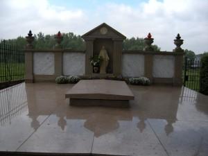tu sú uložene pozostatky sv. Faustíny, teda ich časť..